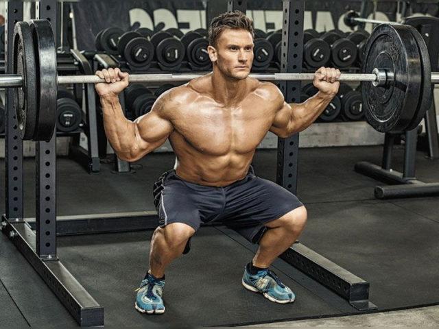 При клековете с щанга е важно да правите амплитуда с бедрата и да си слагате бинт на коленете.