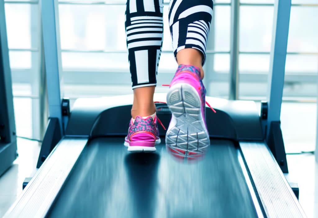 Бягащата пътека е ефективен фитнес уред за отслабване.