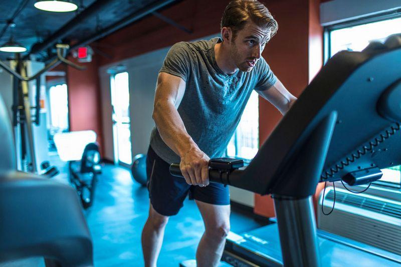 За най-ефективно отслабване с бягащат пътека трябва да ходите, да бягате с умерено темпо и да правите спринт, редувайки видовете тренировки.