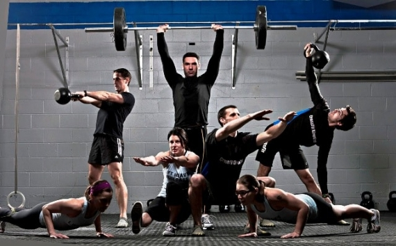 Кросфит упражненията включват загрявка, набиране, изтласкване, хвърляне на медицинска топка, напади, лицеви опори и други