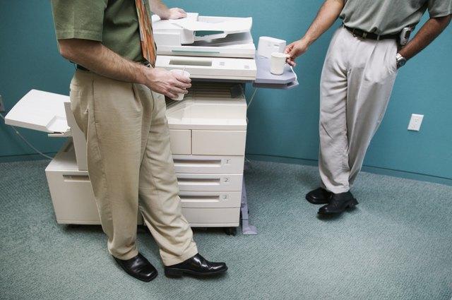Копирната машина може да се използва като упора при упражнения в офиса