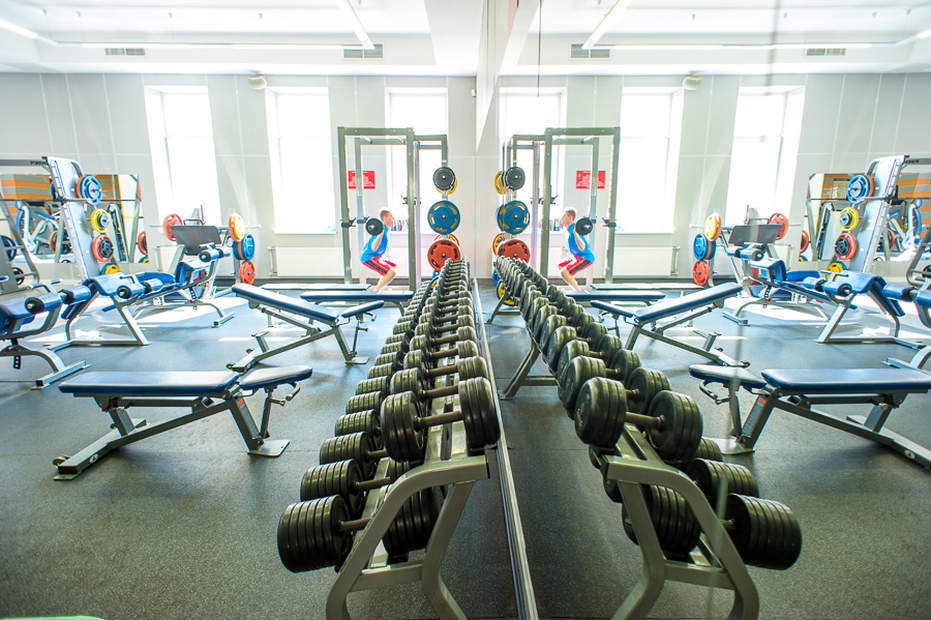 Във фитнес залата трябва да има достатъчно пространство между уредите за ефикасни и комфортни тренировки, а освен това трябва да се планира и място за фитнес аксесоарите - гири, дъмбели, щанги, дискове, лостове, спортни топки и други.