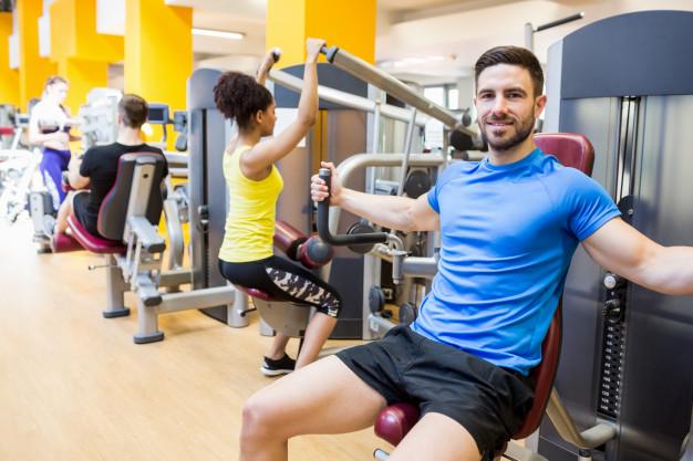 Във фитнес залата има различни фитнес уреди, които гарантират безопасността на тренировките