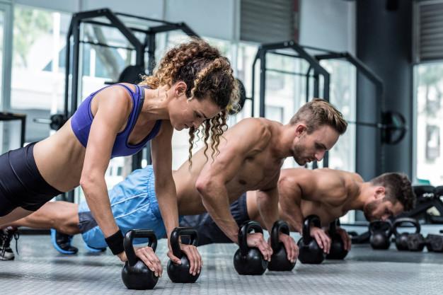 Фитнес центровете разполагат със зали и треньори за групови тренировки