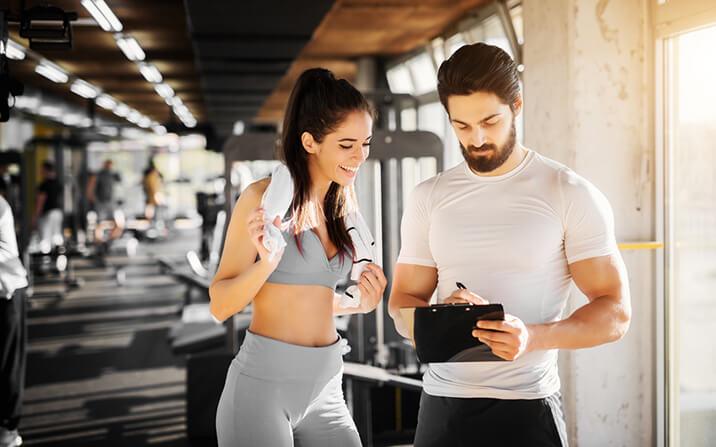 Фитнес тренировките започват със загрявка, разтягане, кардио упражнения, базови упражнения.