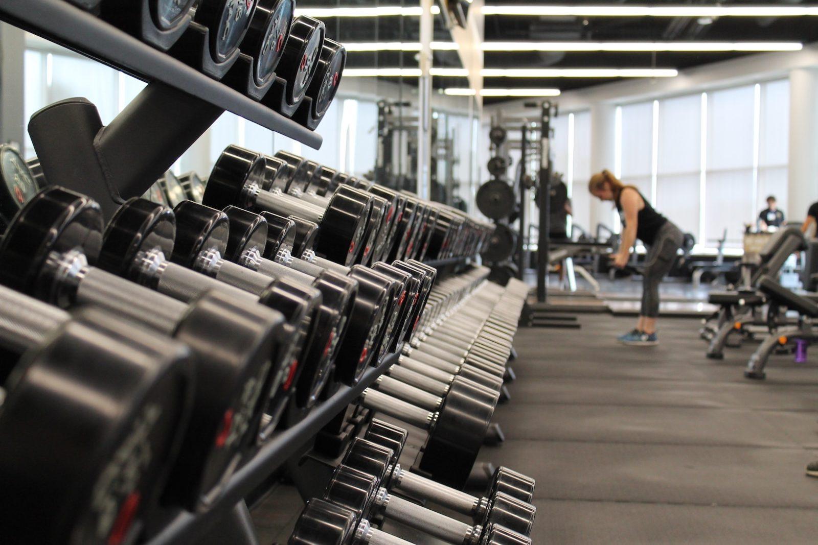 За здраве е полезно спортното ходене на бягаща пътека, за отслабване - фитбол и аеробика, кардио уреди, за здрава дихателна система - йога, за мускули - силови тренажори.