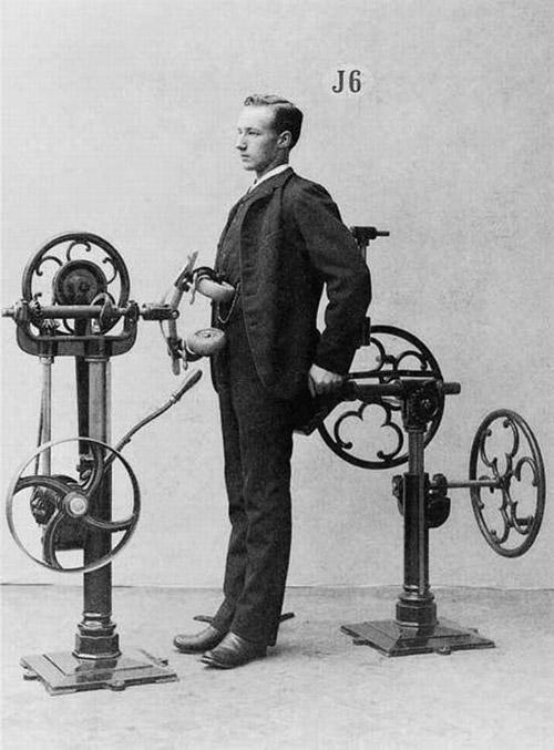 Доктор Зандер разработва апарати тренажори за пасивно и активно действие за лечение на тялото и духа.