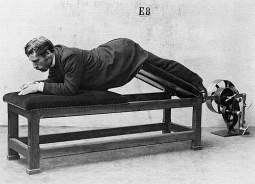 старинни фитнес уреди за лечение и трениране на мускулите.