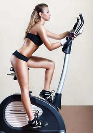 Перфеткна фигура на тялото с велотренажор.