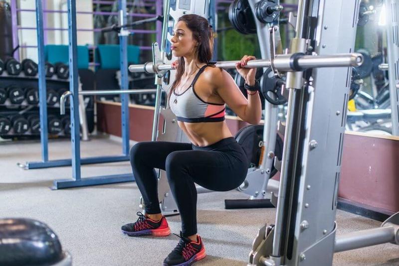 Клек с щанга тренира дупето, бедрата и гърба.