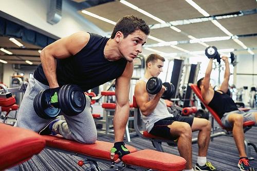 Основните упражнения за начинаещи във фитнес клуба.
