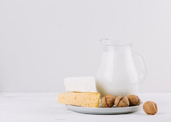 Добрите източници на калций включват млечни продукти, бадеми, броколи, кале, консервирана сьомга с кости, сардини и соеви продукти като тофу.