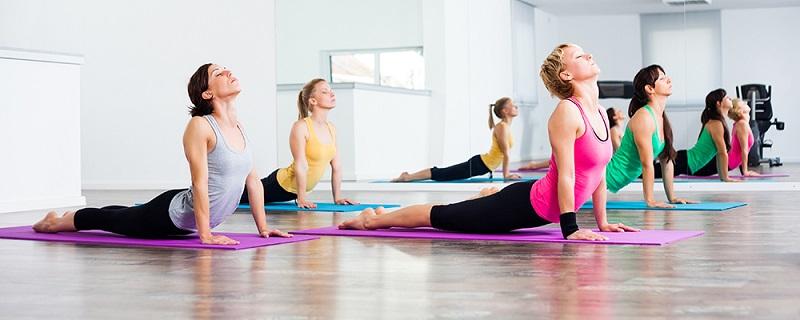 Йога е направление във фитнес, което освен че оздравява и оформя тялото, балансира физическото и психическото състояние.