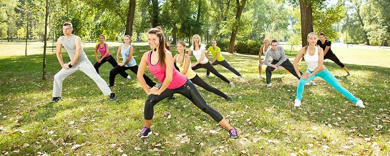 Много популярни през последните години са тренировките на открито, които не изискват фитнес уреди, но зависят от климатичните условия.