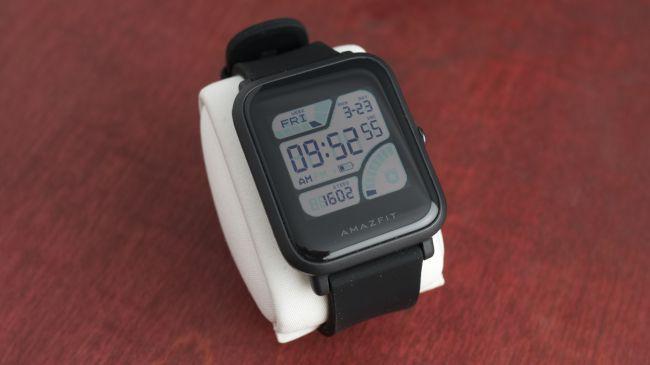 Amazfit Bip изглежда по-скоро като смарт часовник, но тъй като поддържа свой собствен софтуер и има много голям фокус върху фитнеса, решихме да го включим в нашия списък с най-добрите фитнес гривни.