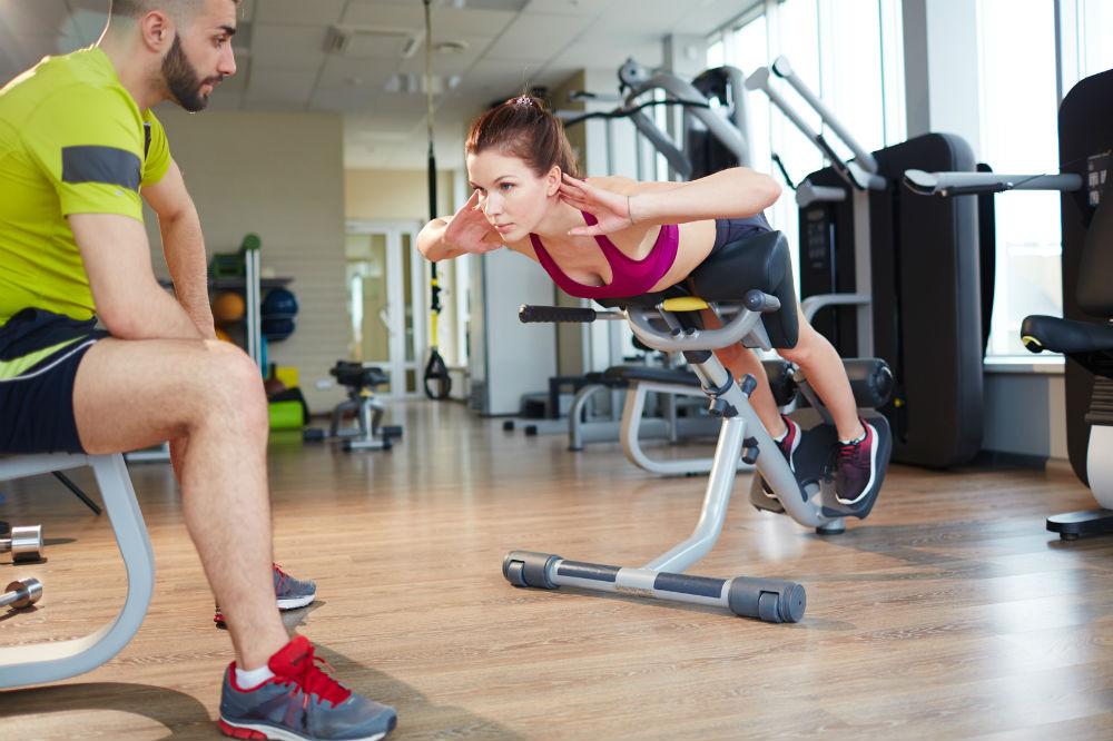 Обратна хиперекстензия се различава от традиционната, защото се напрягат повече мускулите на краката, а не на пресата.