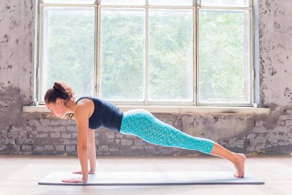 Във все повече фитнес зали и помещения за вдигане на тежести се появяват правила за трениране поне с чорапи.