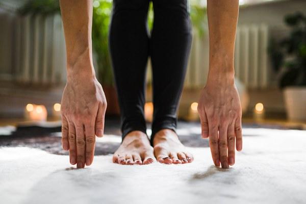 Джогинг за загряване на босо е полезно за развиване на здрави мускули на краката.