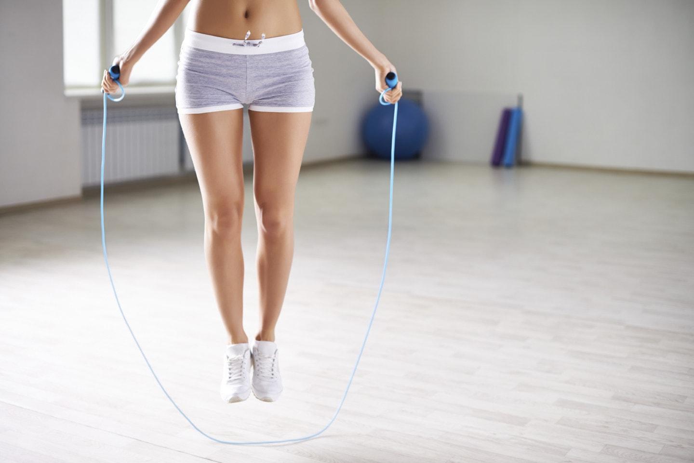Въже за скачане в домашни условия за добра кардио тренировка, стяга мускулите на корема, гъбра, бедрата.