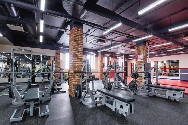 Зона за силови тренировки с уреди и свободни тежести